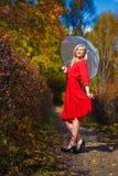 Зонтик деревьев парка падения девушки Стоковое Изображение