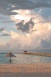 Зонтик и пристань Солнця на океане Стоковое фото RF
