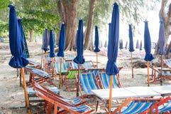 Зонтик и таблица для столовой на пляже в Таиланде Стоковое Изображение