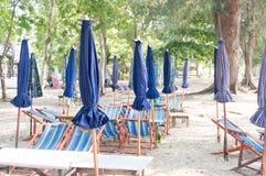 Зонтик и таблица для столовой на пляже в Таиланде Стоковые Фотографии RF