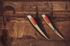 Зонтик и тапки ретро-стиля стоковая фотография rf