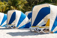 Зонтик и sunbeds на красивом тропическом пляже Labadee Стоковое Фото