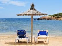 Зонтик и sunloungers в Ibiza, Испании Стоковые Изображения