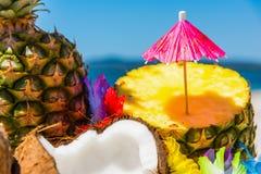 Зонтик коктеиля на ананасе половинном Стоковые Изображения RF