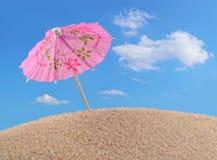Зонтик коктеиля на песке пляжа Стоковая Фотография RF