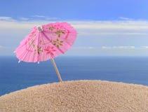 Зонтик коктеиля на песке пляжа Стоковое Фото