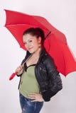зонтик красивейшей девушки красный под детенышами Стоковое Фото