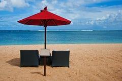 зонтик красного цвета пляжа Стоковые Изображения