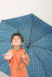 зонтик мальчика Стоковая Фотография