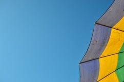 Зонтик на предпосылке конспекта пляжа Стоковые Фото
