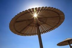 Зонтик на пляже против голубого неба Стоковое Изображение