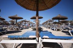 зонтик палубы стулов пляжа Стоковое Изображение RF