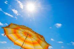 Зонтик пляжа на небе предпосылки голубом, в солнечном canicular дне стоковые фото