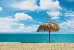Зонтик пляжа сделанный из ладони выходит положение на совершенную мечту Стоковая Фотография
