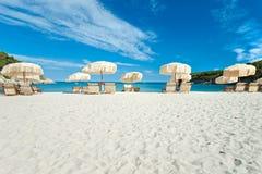 зонтик пляжа цветастый стоковые фото