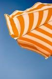 зонтик путя пляжа закрепляя включенный Стоковая Фотография