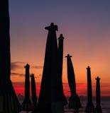 Зонтик пляжа в вечере на заходе солнца Стоковая Фотография