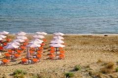 Зонтик пляжа и sunbeds на песчаном пляже в Греции Стоковое фото RF