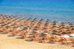 Зонтик пляжа и sunbeds на песчаном пляже Стоковая Фотография RF