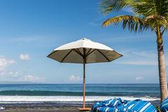 Зонтик пляжа на солнечный день, море в предпосылке Тропический пляж с отработанной формовочной смесью Красивейшее небо Остров Бал Стоковая Фотография