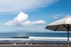 Зонтик пляжа на солнечный день, море в предпосылке Тропический пляж с отработанной формовочной смесью Красивейшее небо Остров Бал Стоковая Фотография RF
