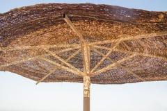 Зонтик пляжа на солнечный день Стоковые Фотографии RF