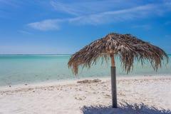 Зонтик пляжа сделанный из листьев ладони на экзотическом пляже Стоковое Изображение