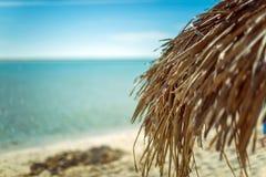 Зонтик пляжа сделанный из листьев ладони на экзотическом пляже Стоковые Изображения RF