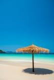 Зонтик пляжа сделанный из листьев на белом пляже перед днем моря Стоковые Фото