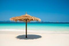 Зонтик пляжа сделанный из листьев на белом пляже перед днем моря Стоковая Фотография RF
