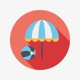 Зонтик пляжа с значком шарика плоским с длинной тенью Стоковое Изображение RF
