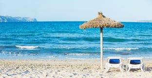зонтик солнца loungers пляжа тропический Стоковые Изображения RF