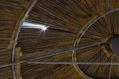 Зонтик соломы под солнцем Стоковое Изображение