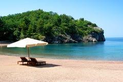 зонтик стулов пляжа вниз Стоковые Фотографии RF
