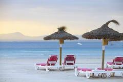 зонтик стулов пляжа стоковые фото