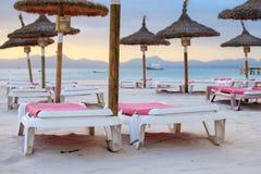 зонтик стулов пляжа стоковое изображение rf