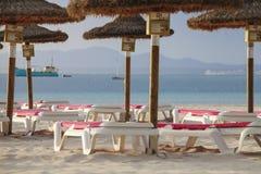 зонтик стулов пляжа стоковые изображения rf