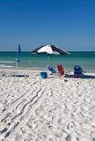 зонтик стулов пляжа Стоковые Изображения