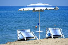 Зонтик с loungers солнца Стоковое Изображение