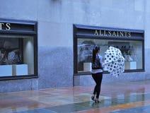 Зонтик точки польки на дождливый день стоковые фотографии rf