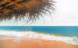 Зонтик тросточки на пляже в океане Стоковая Фотография RF