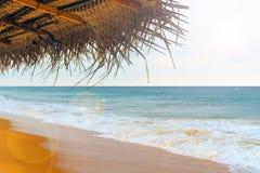 Зонтик тросточки на пляже в океане Стоковое Фото