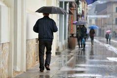Зонтик удерживания человека стоковая фотография
