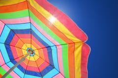 зонтик цветастого дня пляжа солнечный Стоковая Фотография