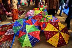 Зонтик Colorfull в индийском ремесле справедливом стоковая фотография