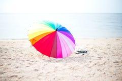 Зонтик colorfull пляжа на солнечный день Стоковая Фотография RF