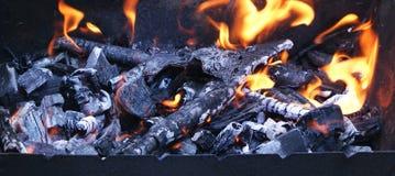 Зола и огонь угля стоковые изображения