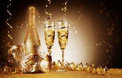 Золотая бутылка и бокал вина фестиваля с маской стоковые фото