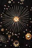 Золотая вышивка звезды с кристаллическим шариком в центре Стоковые Фото