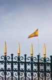 Золотая загородка и флаг королевского дворца в Мадриде, Испании Стоковое Фото